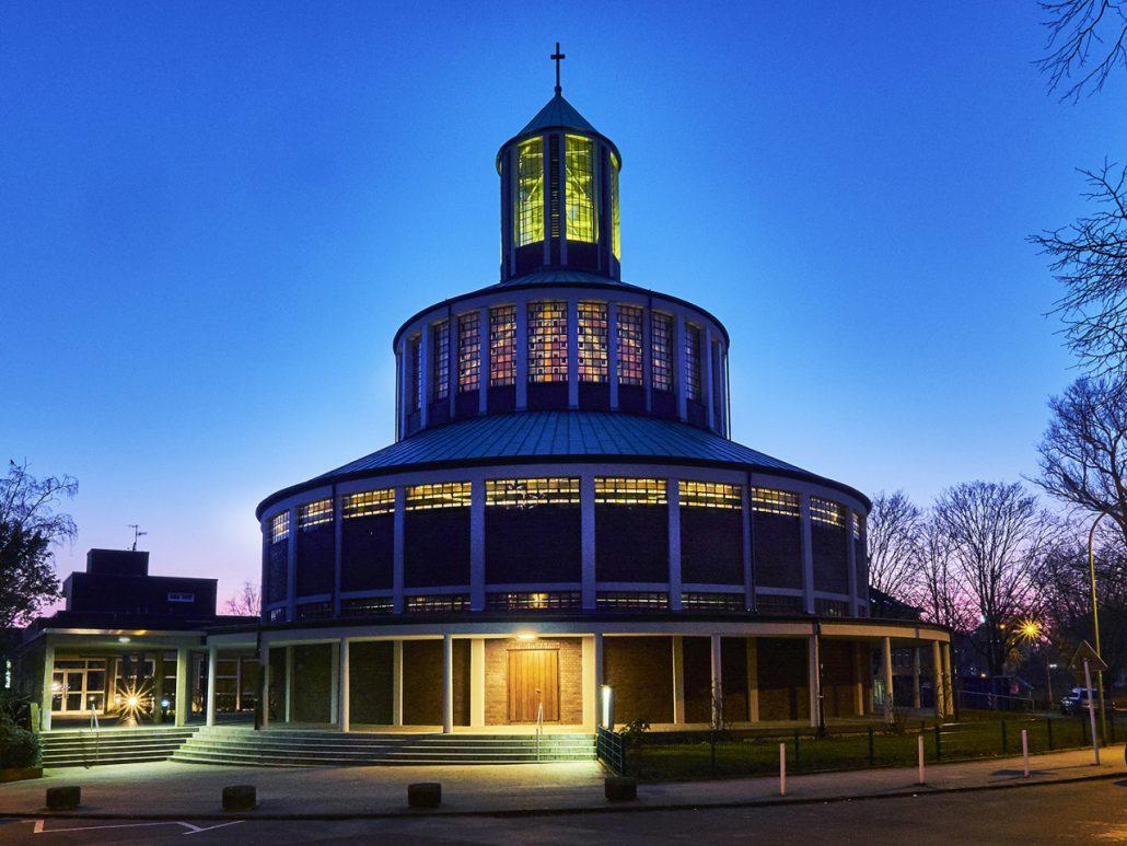 Auferstehungskirche Essen zur blauen Stunde